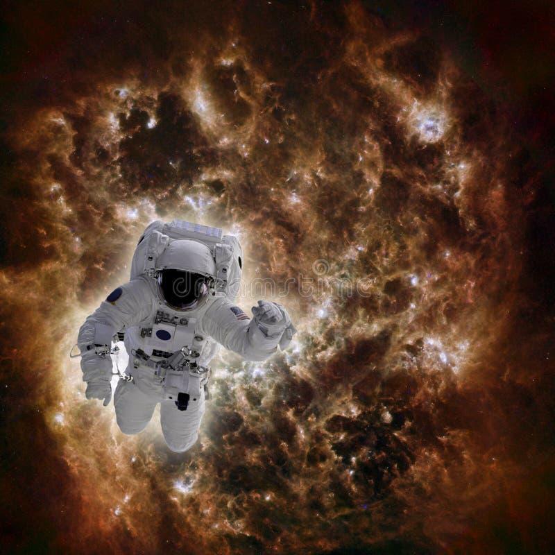 Astronauta no espaço com a galáxia no fundo imagem de stock