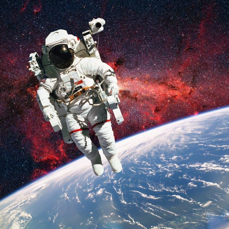 Astronauta no espaço com terra do planeta como o contexto elementos imagem de stock