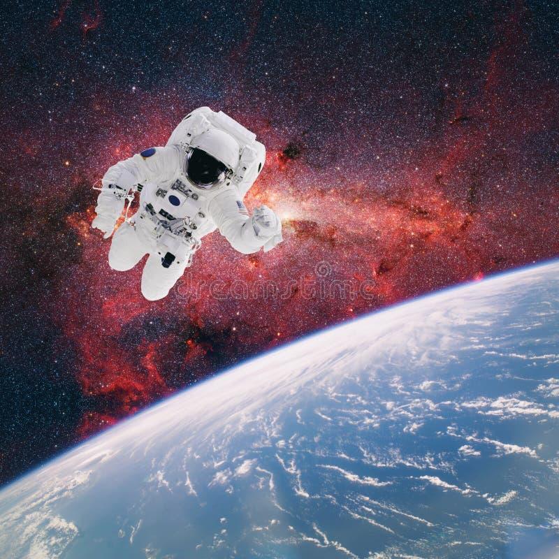 Astronauta no espaço com terra do planeta como o contexto elementos imagens de stock
