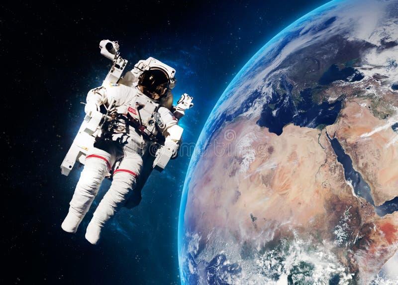 Astronauta no espaço contra o contexto de fotos de stock