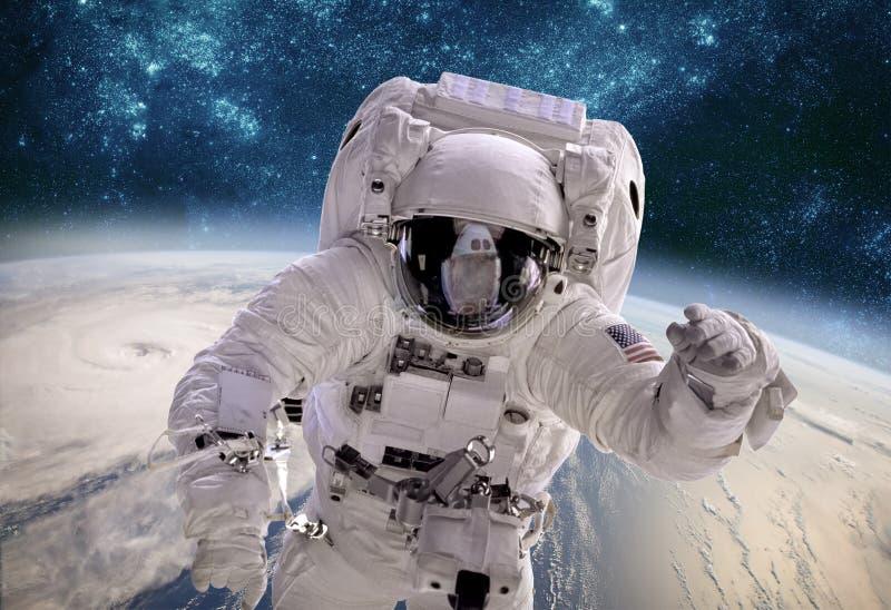 Astronauta no espaço contra o contexto do eart do planeta fotografia de stock royalty free