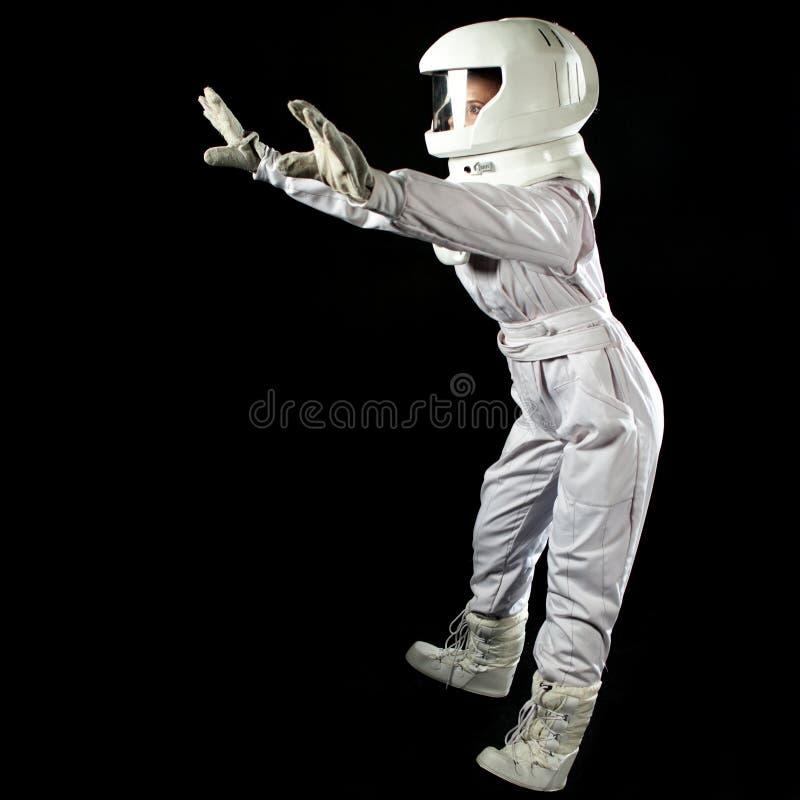 Astronauta no espaço, na gravidade zero no fundo preto Homem no espaço, caindo fotos de stock
