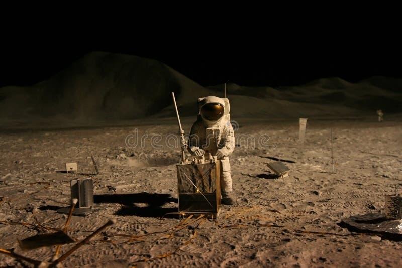 Astronauta o astronauta que trabaja en la luna imagen de archivo libre de regalías