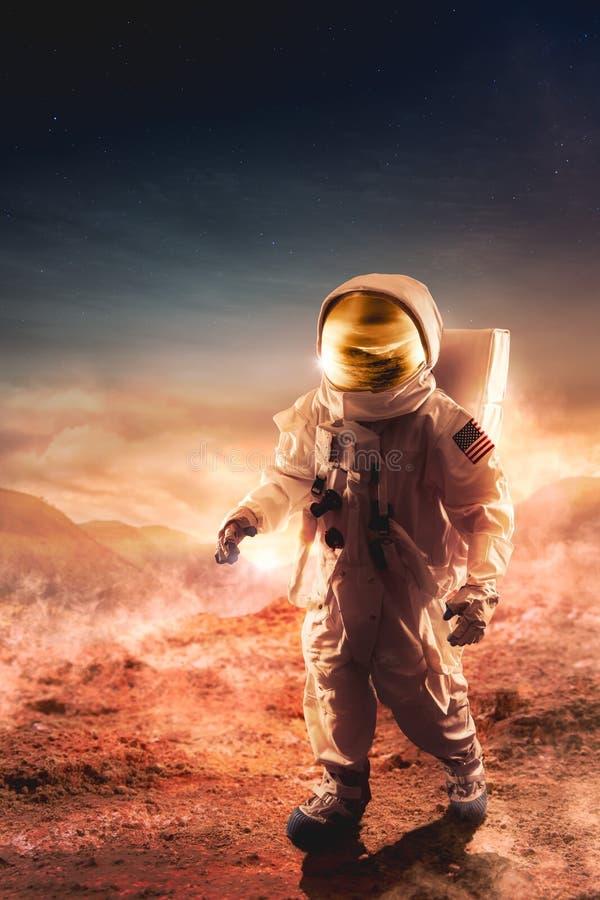 Astronauta odprowadzenie na unexplored planecie zdjęcie stock