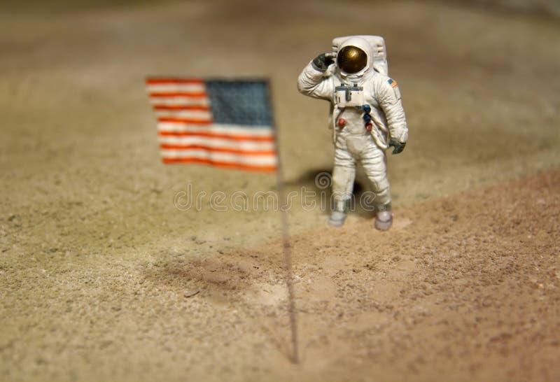 Astronauta ou spaceman que trabalham na lua imagem de stock