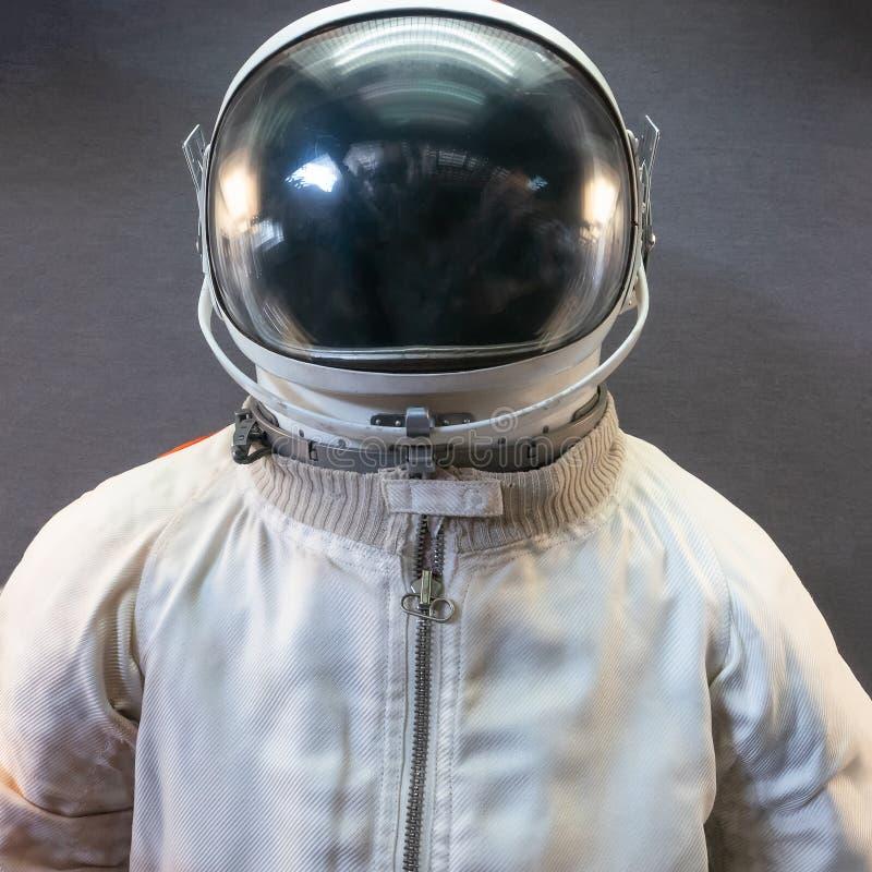 Astronauta ou terno e capacete brancos do astronauta no fundo cinzento foto de stock