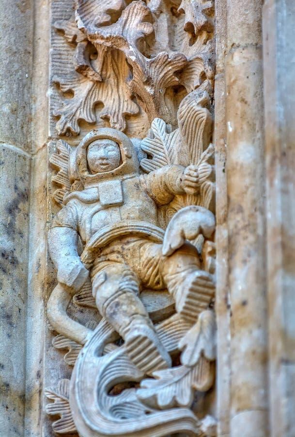 Astronauta rzeźbił na fasadzie Salamanca katedra, Hiszpania fotografia stock