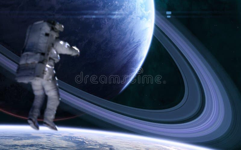 Astronauta sobre el fondo del planeta azul con un sistema de anillos en el espacio lejano Ciencia ficción fotografía de archivo libre de regalías