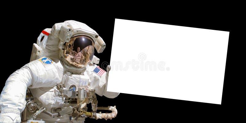 Astronauta trzyma białą puste miejsce deskę w przestrzeni zdjęcia stock