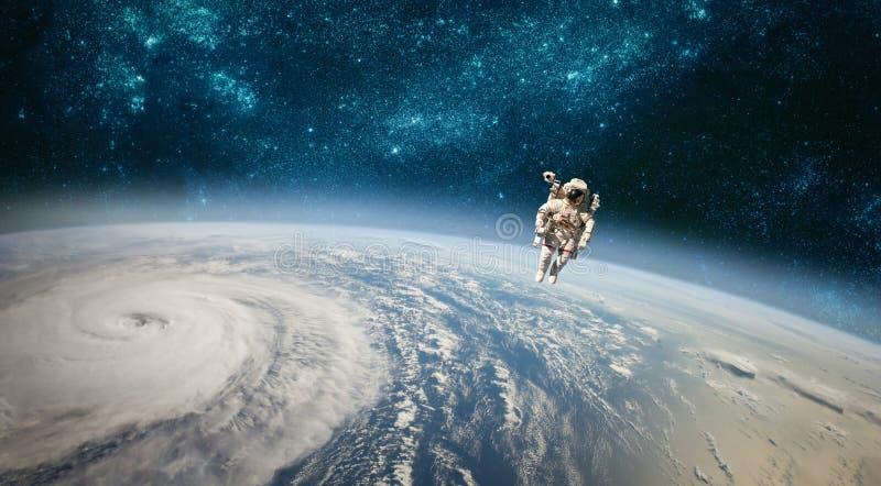 Astronauta w kosmosie przeciw tłu planety eart obraz stock