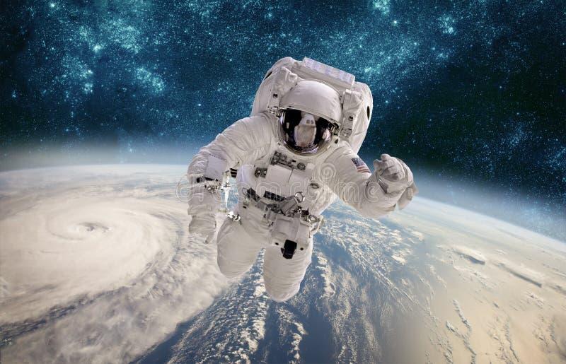 Astronauta w kosmosie przeciw tłu planety ziemia Tajfun nad planety ziemią zdjęcia royalty free