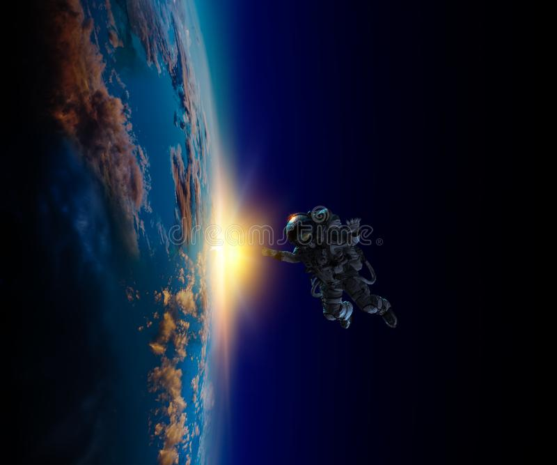 Astronauta w przestrzeni na planety orbicie royalty ilustracja