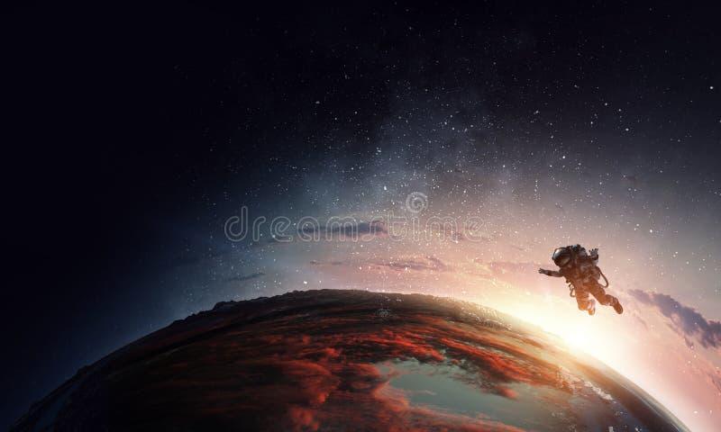 Astronauta w przestrzeni na planety orbicie zdjęcia stock