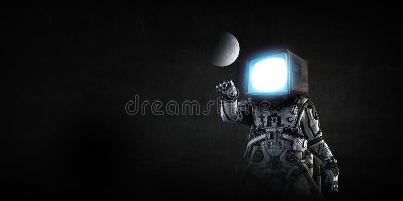 Astronauta z TV głową na czarnym tle Mieszani środki obraz stock