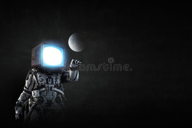 Astronauta z TV g?ow? na czarnym tle Mieszani ?rodki fotografia stock
