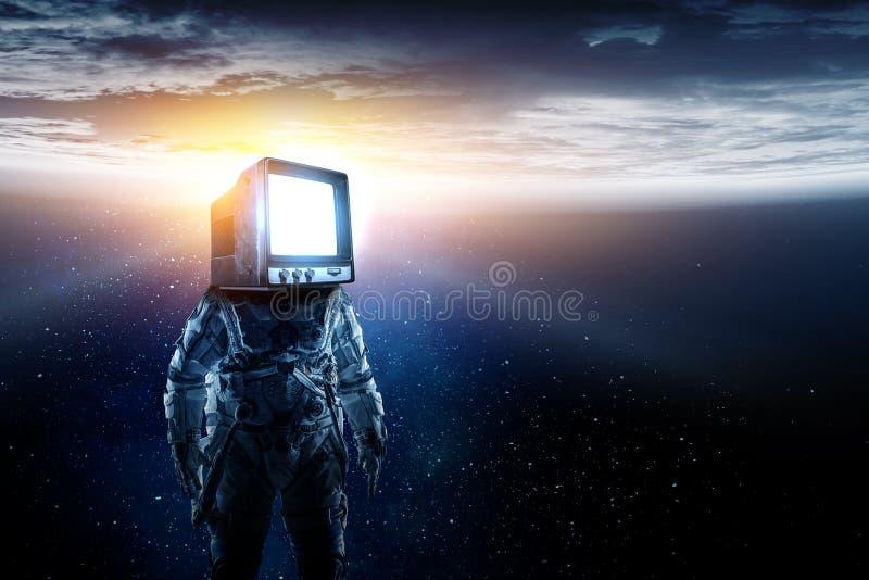 Astronauta z TV g?ow? w przestrzeni Mieszani ?rodki zdjęcia stock