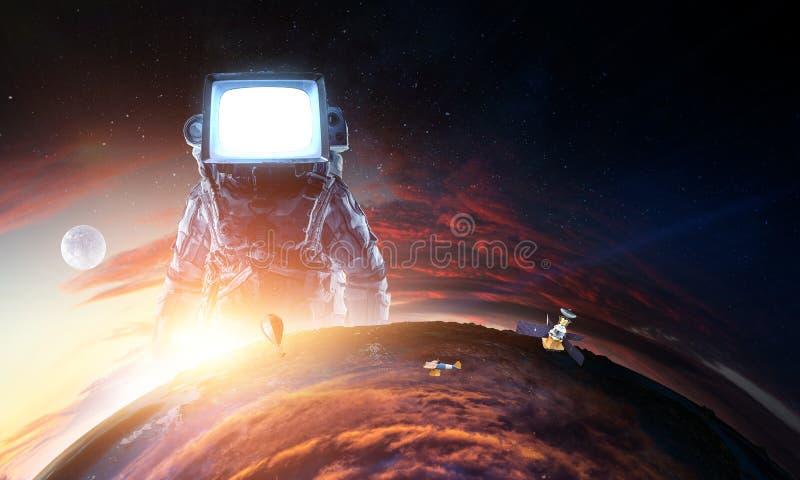 Astronauta z TV g?ow? w przestrzeni Mieszani ?rodki obraz royalty free