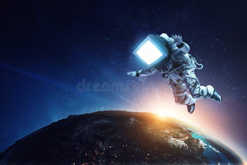 Astronauta z TV g?ow? w przestrzeni Mieszani ?rodki obrazy stock