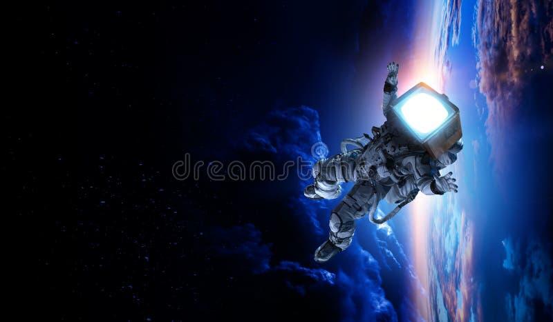 Astronauta z TV g?ow? w przestrzeni Mieszani ?rodki fotografia royalty free