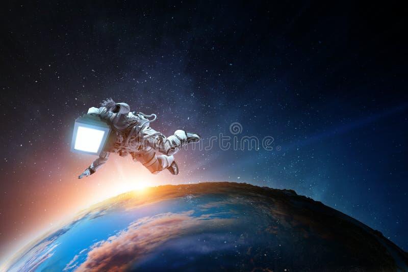 Astronauta z TV g?ow? w przestrzeni Mieszani ?rodki zdjęcie stock