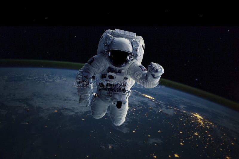 Astronaute dans l'espace extra-atmosphérique La terre de fond Éléments de cette image meublés par la NASA photo stock