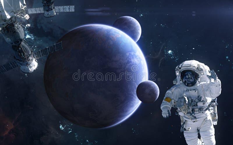 Astronaute et station spatiale sur le fond des planètes d'espace lointain La science-fiction photographie stock