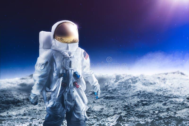 Astronaute marchant sur la lune photos stock
