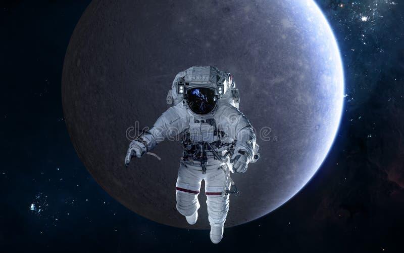 Astronaute sur le fond de Mercury Syst?me solaire La science-fiction images libres de droits