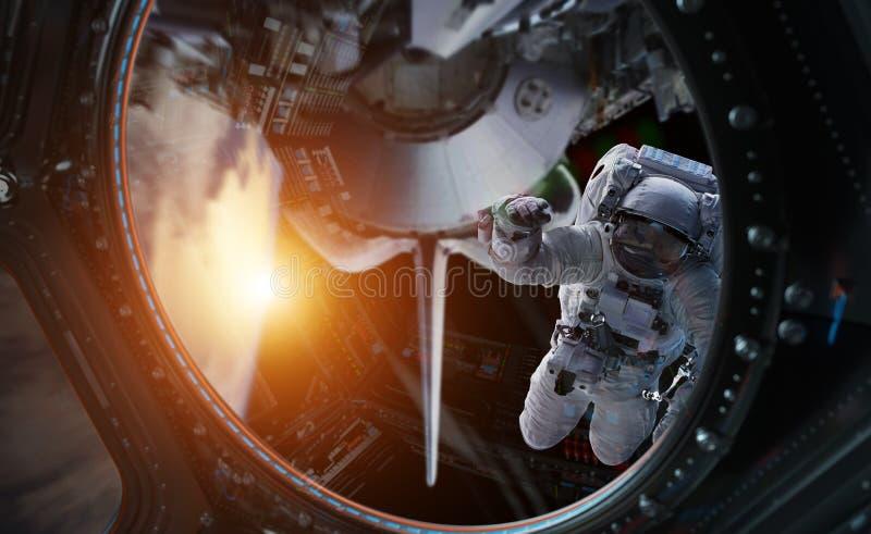Astronaute travaillant aux éléments d'un rendu de la station spatiale 3D du Th illustration libre de droits