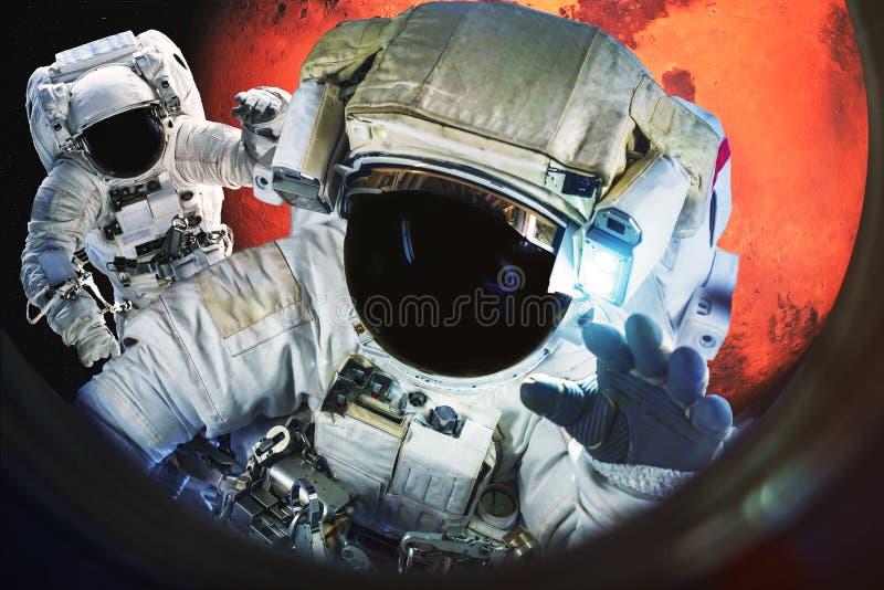 Astronauten dichtbij de Planeet van Mars stock foto's