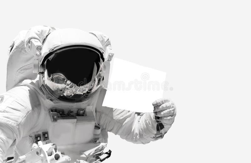 Astronauten dichte omhooggaande holding een leeg blad van document Ruimtevaarder in kosmische ruimte stock foto