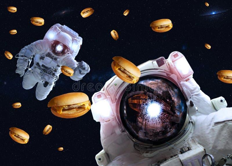 Astronauten in kosmische ruimte met cheseburgers Elementen van dit die beeld door NASA wordt geleverd stock foto's