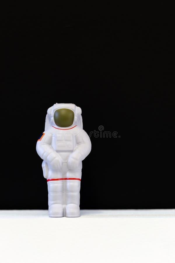 Astronauten zacht stuk speelgoed op witte vloer en zwarte achtergrond royalty-vrije stock afbeelding