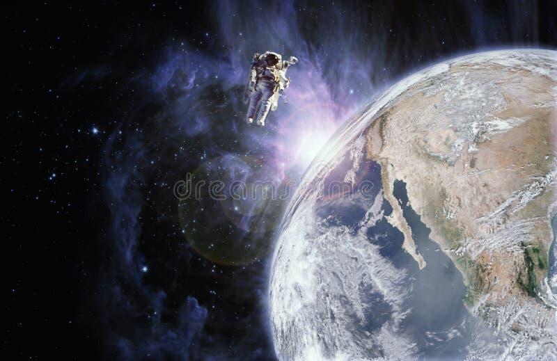 Astronautenfloss im Raum in der Schwerelosigkeit nahe zur Planetenerde lizenzfreie abbildung