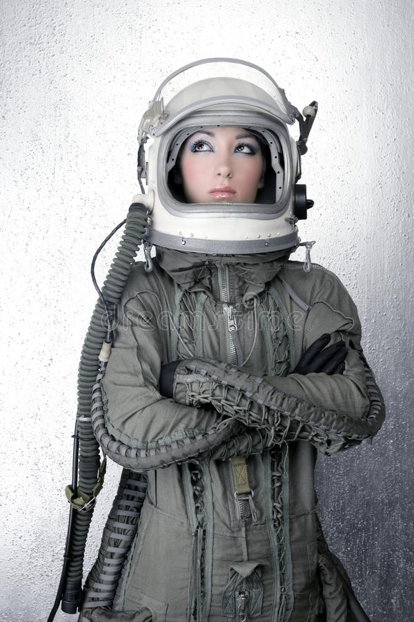 Astronautenraumschiffflugzeugsturzhelm-Art und Weisefrau stockbild