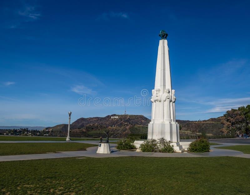 Astronomen-Monument bei Griffith Observatory mit Hollywood-Zeichen auf Hintergrund - Los Angeles, Kalifornien, USA stockfotografie