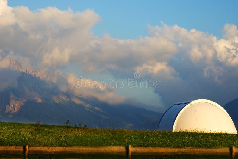 astronomisch waarnemingscentrum in de alpen in het najaar stock fotografie