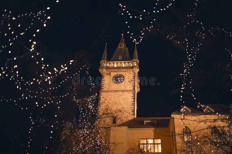 Astronomischer Glockenturm während des Weihnachten mit Dekoration nachts in Prag lizenzfreie stockbilder