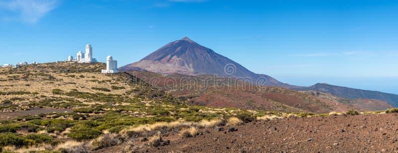 Astronomisches Observatorium Izana und Teide-Vulkan lizenzfreie stockbilder