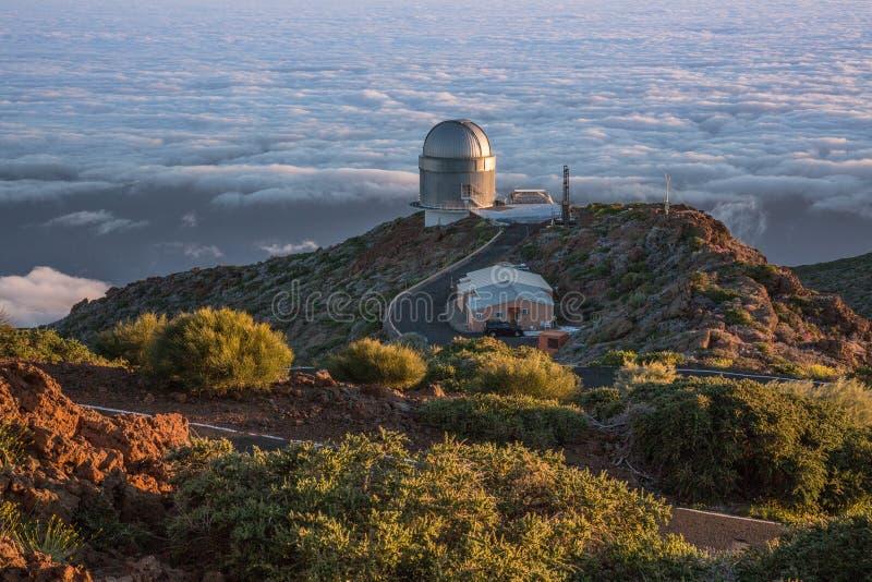 Astronomisk observatorium ovanför molnen royaltyfri foto