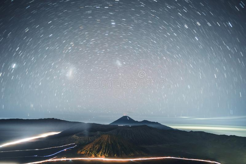 Astrophoto stjärnaslingor på Volcano Mt Bromo East Java, Indonesien royaltyfri bild