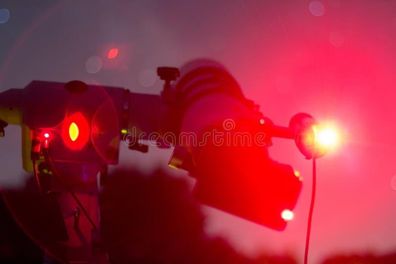 Astrophotographyaktivering i klar natt Refractortypteleskop Teleskop i verklig stjärnklar natt arkivbild