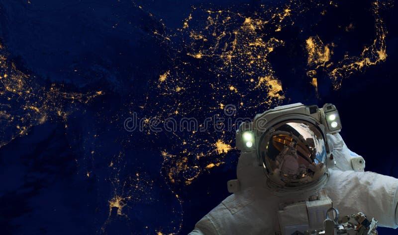 Astrounaut spacewalk στο διάστημα στη γήινη τροχιά τη νύχτα Στοιχεία αυτής της εικόνας που εφοδιάζεται από τη NASA φ στοκ φωτογραφία με δικαίωμα ελεύθερης χρήσης