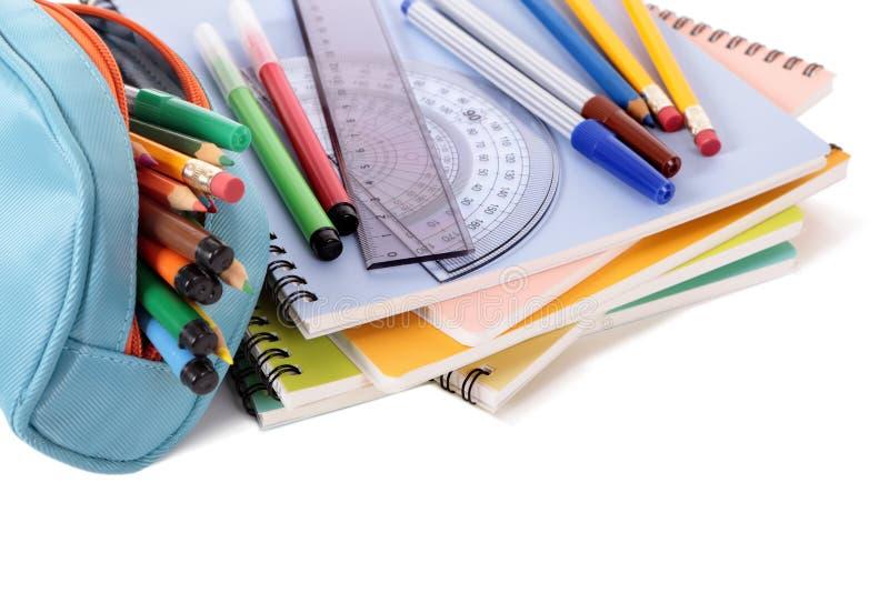 Astuccio per le matite, libri di scuola, penne e rifornimenti isolati su fondo bianco immagini stock