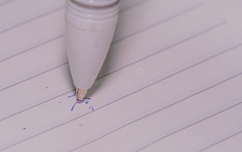 Astuce de stylo sur le livre blanc rayé images stock