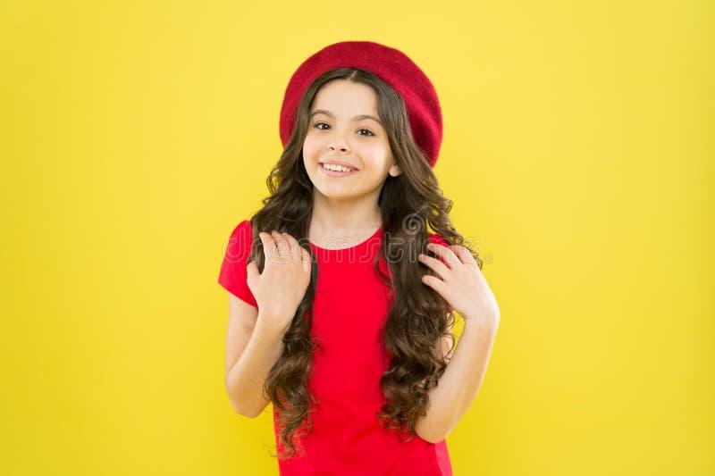 Astuces de beaut? pour les cheveux rang?s Enfant de sourire Chapeau rouge de long usage brillant sain de cheveux de fille d'enfan photographie stock