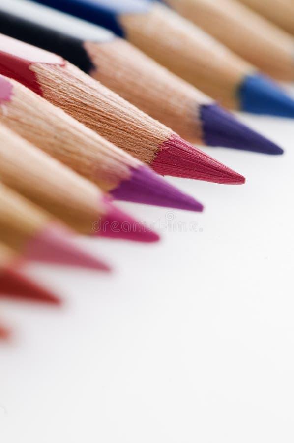 Astuces de crayon dans une rangée sur le papier photographie stock