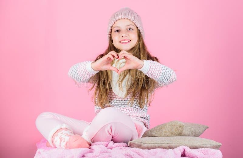 Astuces de soins capillaires d'hiver où vous devriez suivre Geste de sourire de coeur d'exposition de longs cheveux d'enfant Rose photos stock