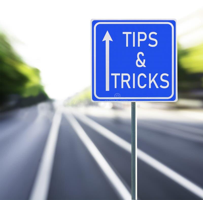 Astuces et panneau routier de tours sur un fond rapide image libre de droits