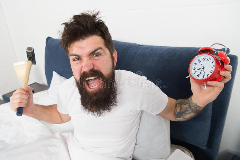 Astuces pour se réveiller tôt Astuces pour devenir une canalisation verticale tôt Visage somnolent de hippie barbu d'homme dans l photographie stock libre de droits
